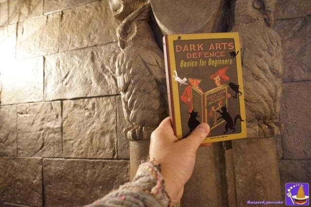 ミナリマ(minalima)のホグワーツ教科書(ノート)D.A.D.A.『闇の魔術に対する防衛術』を持つダンブルドア仮装のパンケーキマンはユニバ ホグワーツ城